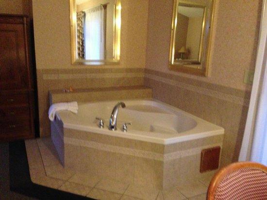 Skaneateles Suites: Relaxing Jacuzzi.