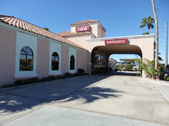 La Fuente Inn & Suites: front of hotel