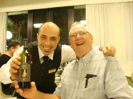 Hotel Garden: Waiter Roberto selecting the wine