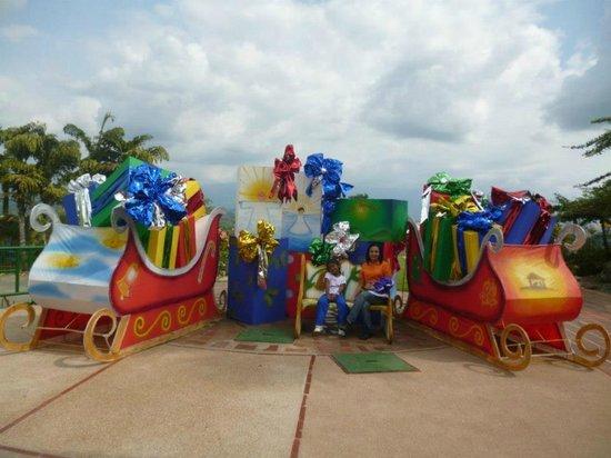 Decoraci n navide a picture of parque del cafe for Decoracion navidena