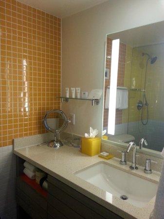 Dream Inn: Bathroom vanity