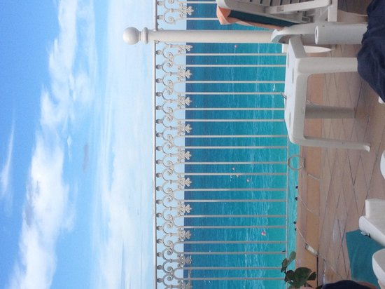 Hotel Riu Palace Paradise Island : Pool over view of the ocean