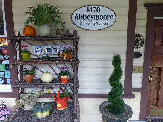 Abbeymoore Manor Bed and Breakfast Inn : Fall decor on front porch