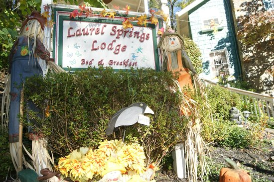 Laurel Springs Lodge B&B: Outside seasonal decor at the street level