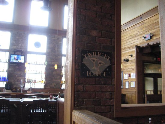 Hickory Falls Restaurant: Bar entrance from dining area