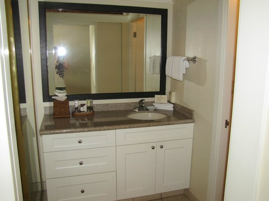 Napili Kai Beach Resort: Sink/vanity area. I liked that it was seperate from the tub/toilet