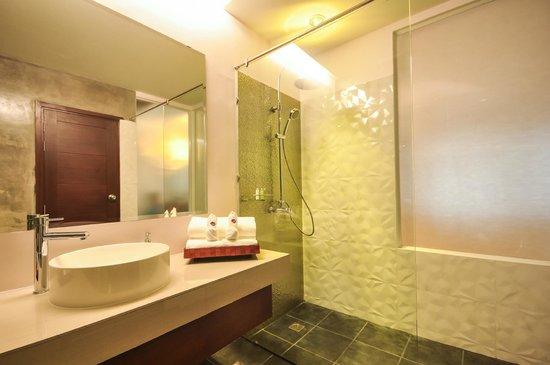Le Patta: Hotel Bathroom Rain Shower