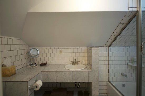 Abbey House Inn: The Bernhardt Suite's bathroom of marble & ceramic tile.