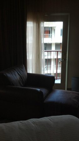 Bearskin Lodge on the River Hotel : Comfy Leather chair with view out of 5th story floor