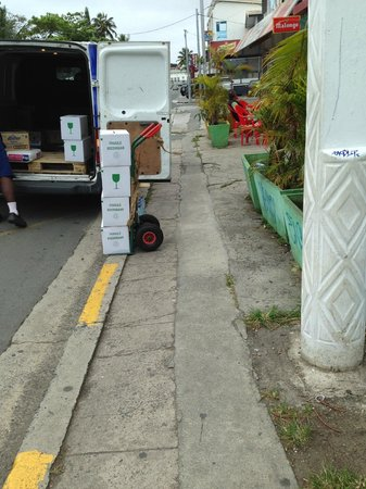 Le Lagon Hotel : yes they park on the sidewalk