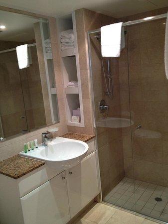 Wyndham Sydney Suites: Clean bathroom, fair size