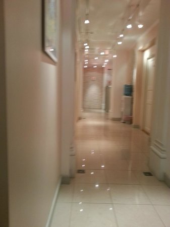 Grand Mark Hotel: Very clean hotel corridor.