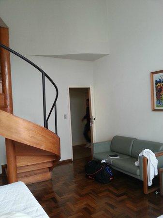Grande Hotel de Ouro Preto: Escadas qe dão acesso ao segundo andar do apart.