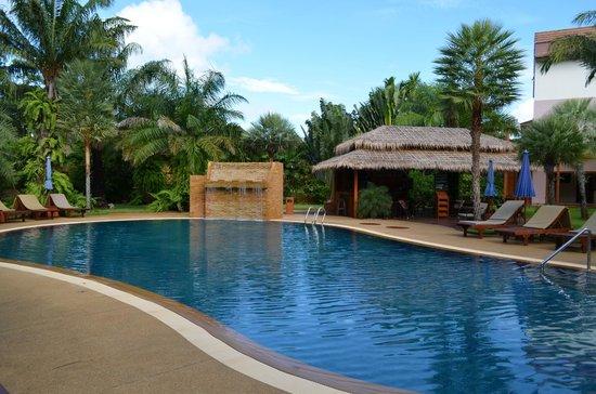 Phuket Chaba Hotel: Swimming pool and outdoor bar