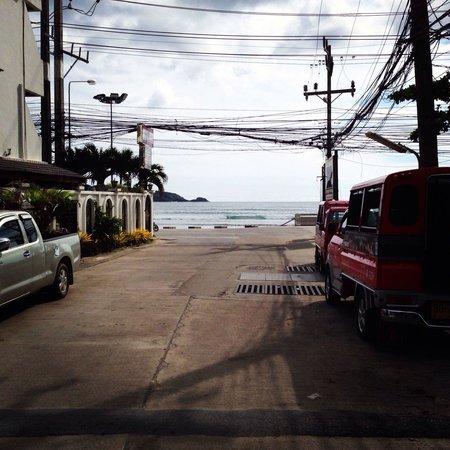 Bamboo Beach Hotel & Spa: Rue de l'hôtel. Dés que l'on sort on voit la mer.