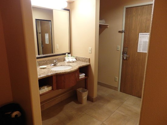 Holiday Inn Express Prescott: sink near room entry door