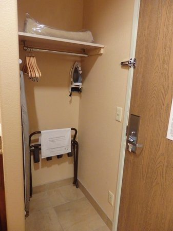 Holiday Inn Express Prescott: hanging space near room entry door