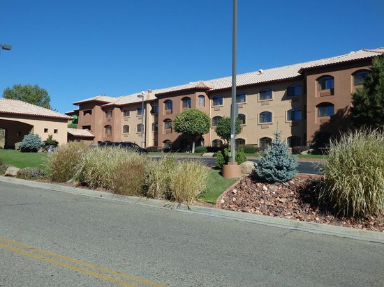 Holiday Inn Express Prescott: outside view of hotel