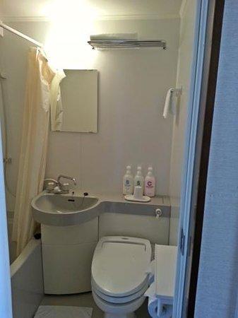 Ueno Touganeya Hotel: bathroom with all basic essential