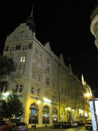 Hotel Paris Prague: Hotel Paris at night