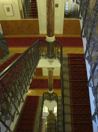 Hotel Paris Prague: Staircase in the Hotel Paris