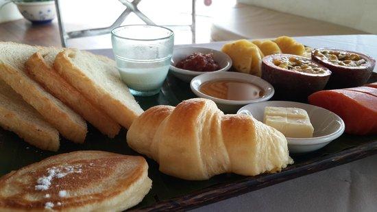 Navutu Dreams Resort & Wellness Retreat: Breakfast - Bread and Fruits Platter