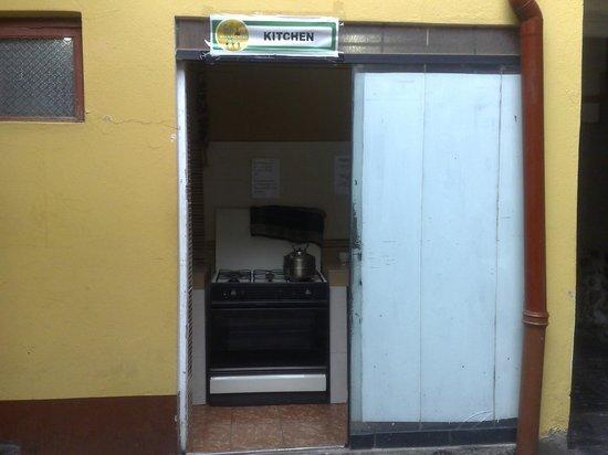 Pirwa Colonial Hostel: Cocina de 1m x 2m de diametro