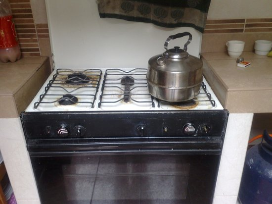 Pirwa Colonial Hostel : Es la cocina y ese padazo de metal en el medio es parte del horno roto
