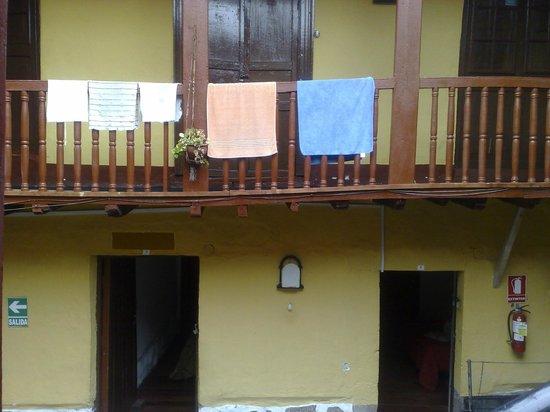 Pirwa Colonial Hostel : Balcón pasillo de madera hundido en el medio parece que ya se cae
