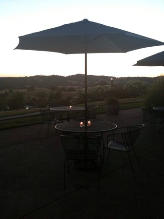 Banny's Cafe: Patio seating with an amazing view.