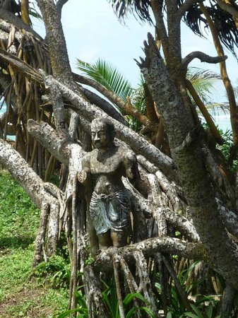 Mosvold Villa: Statue hidden in the tree