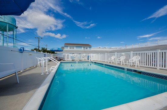 Blue Fish Inn: Relax poolside