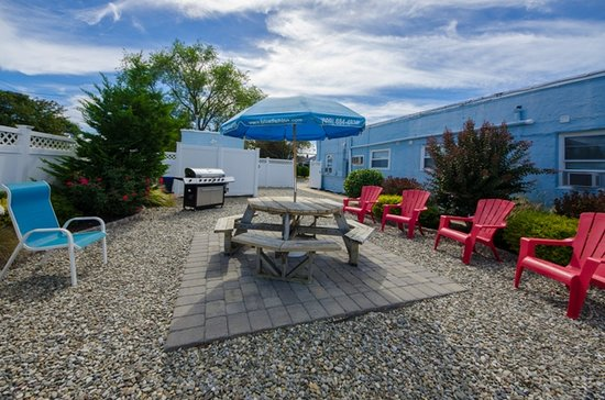 Blue Fish Inn: Private courtyard with grills