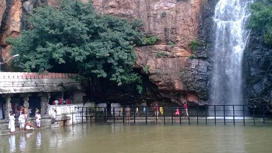 Tirupati, Indien: The passage way to the falls