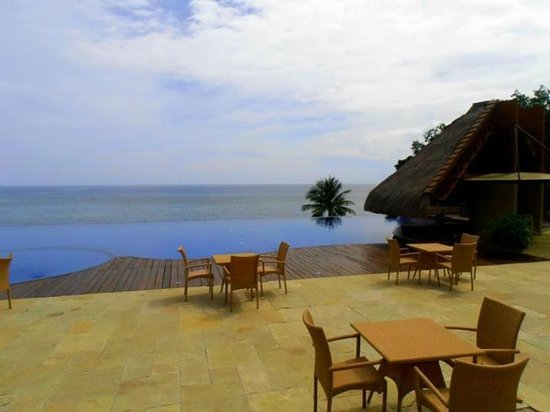 Eskaya Beach Resort & Spa: Dine by the pool while enjoying the view