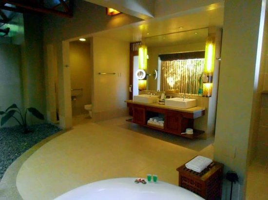 Eskaya Beach Resort & Spa : The huge bathroom with Jacuzzi on the side