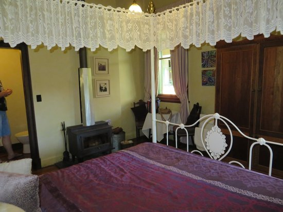 Vacy Hall Toowoomba's Grand Boutique Hotel: Looking over the bed to the fireplace and ensuite