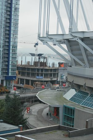 Hampton Inn & Suites Downtown Vancouver: You can see the Roger's Stadium in behind the BC Place