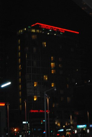 Hampton Inn & Suites Downtown Vancouver : View of the hotel from the BC Place Stadium