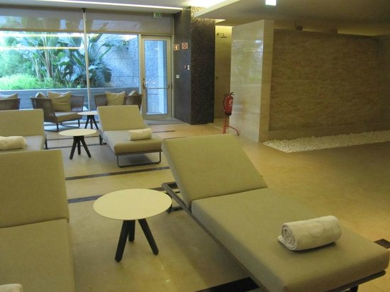 EPIC SANA Lisboa Hotel : Relaxing area at the indoor pool