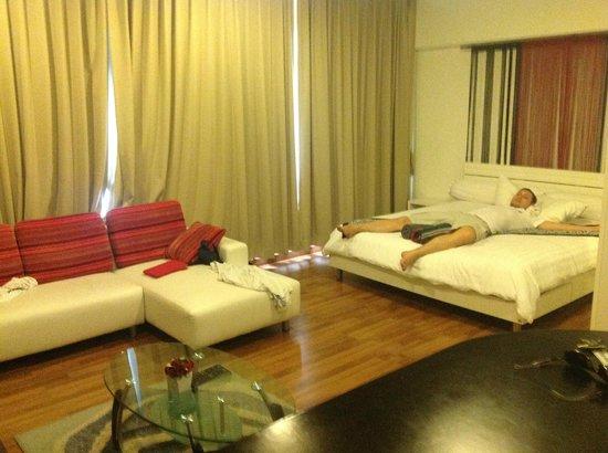 Villareal Heights: Кровать и диван. Все очень стильно