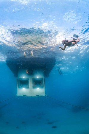 The Manta Resort: Underwater room in brilliant clarity