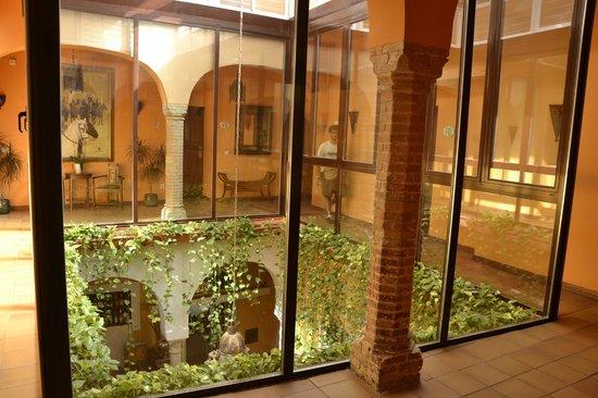 El Rey Moro Hotel Boutique Sevilla: In giro per l'albergo , le vetrate creano una splendida atmosfera sul ristorante sottostante