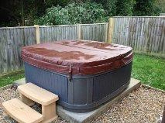 Colwell Bay Holiday Cottages: hot tub