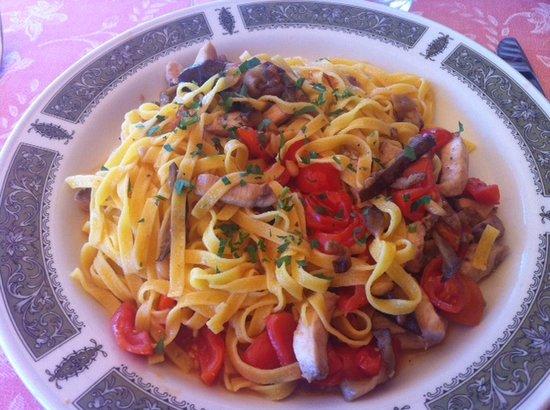 Hotel Villa Domizia: Pasta con pesce spada, melanzane pachino e pinoli... Fantastica!