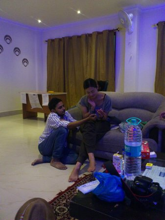 Ali Baba Guest House: A friend was drawing henna for hotel owner