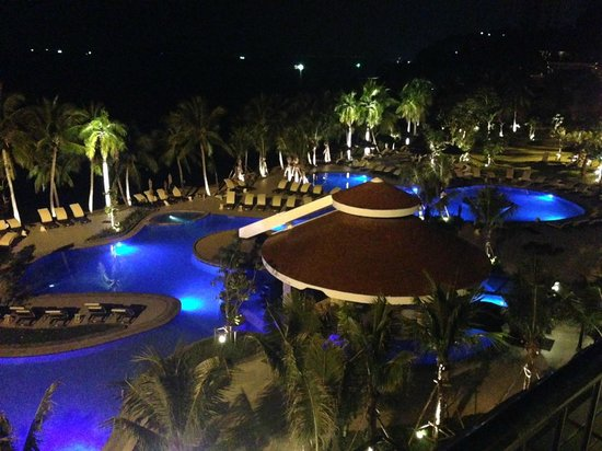 Royal Wing Suites & Spa: Royal Wing Pool Lit up at Night!