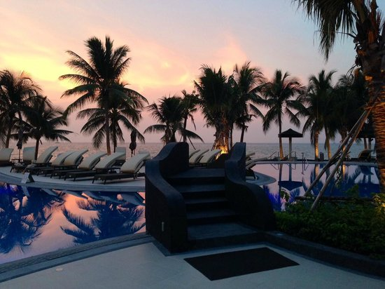 Royal Wing Suites & Spa: Beautiful Sunset out over the sea at the Royal Wing Pool!