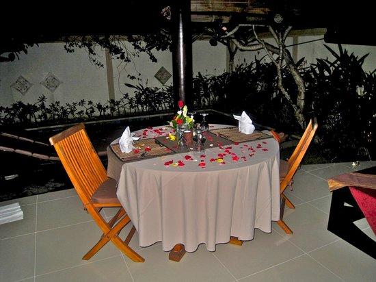 Heliconia Villas: Private dinner spread