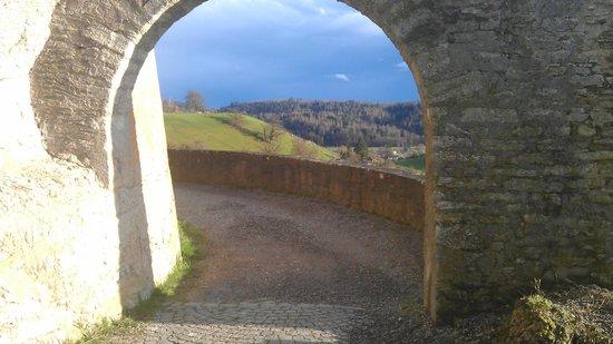 Schloss Lenzburg: Вид из ворот/View through the gates